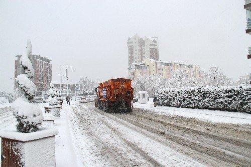Başakşehir Belediyesi'nden yollara 215 ton tuz