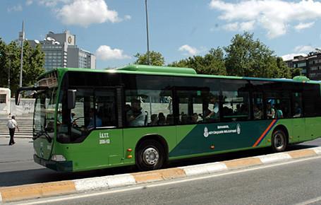 El freni boşalan araç İETT otobüsüne çarptı