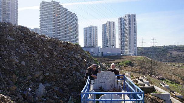 Oğullarının mezarına inşaat ruhsatı verilen aile isyan etti