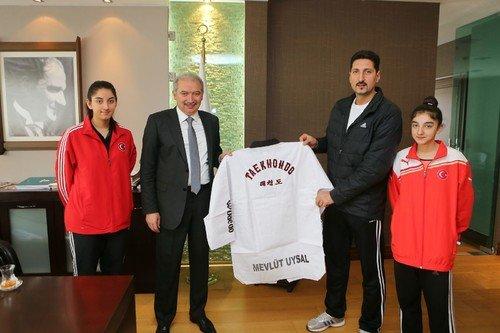 Şampiyonlar Başkan Uysal'ı ziyaret etti