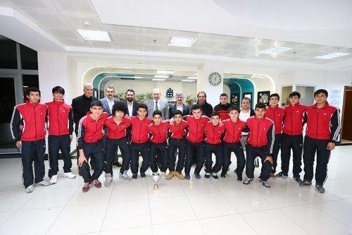 Futbol şampiyonları Başkan Uysal'ı ziyaret etti
