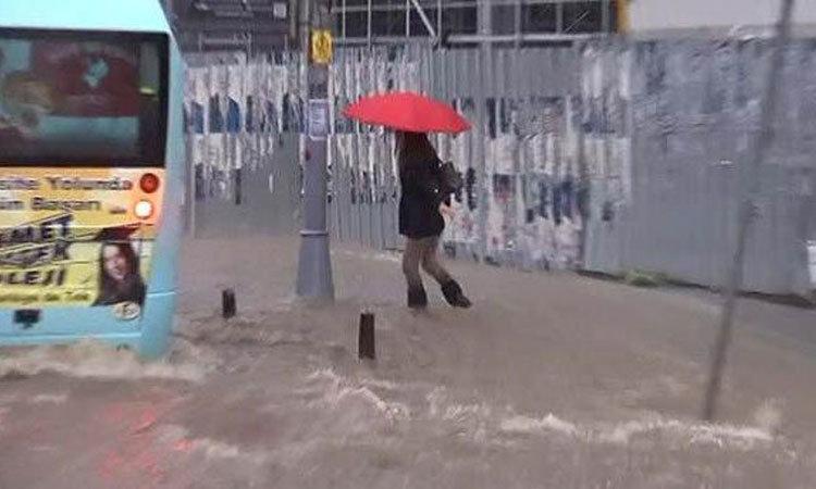 İstanbul'da şiddetli yağmur hayatı felç etti