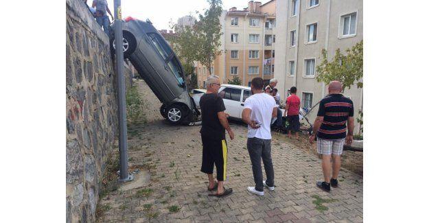 Başakşehir'de dikkatsiz sürücü deprem konutlarına uçtu