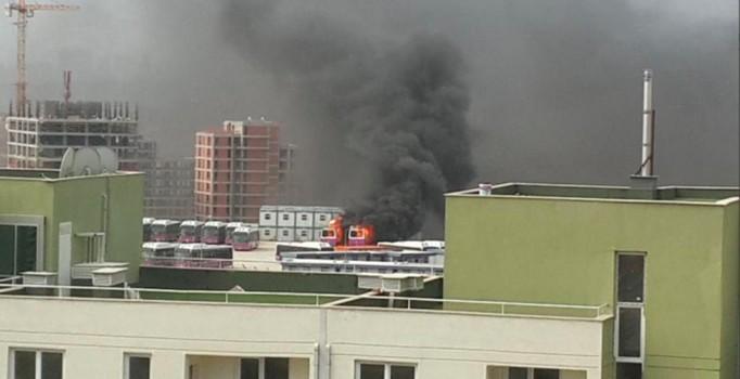 Kayaşehir'de iki halk otobüsü yandı