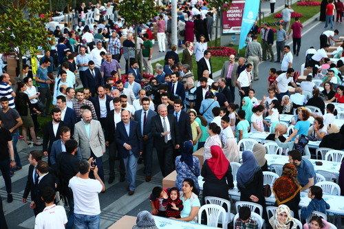 Sokak iftarına 15 bin mahalleli katıldı
