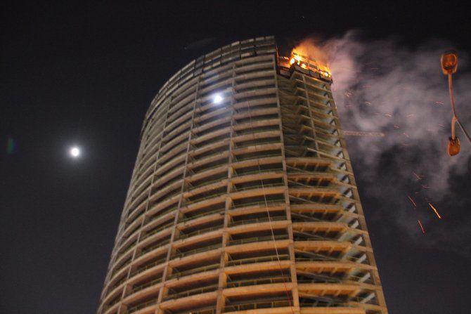 Başakşehir'de bir AVM'de yangın çıktı
