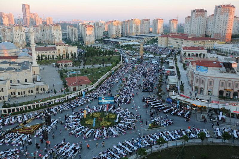 Kayaşehir'de 20 bin kişilik iftar sofrası