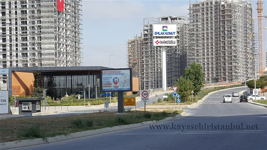 Kayaşehir metrosu, yolu trafiğe kapattı
