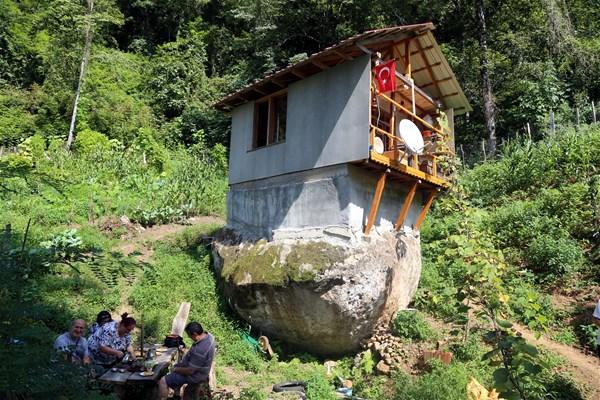 16 metrekare taş üzerine ev yaptı