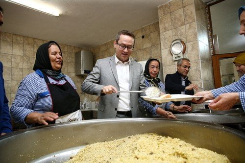 Başakşehir'in yeni Başkanı Cemevi'nde aşure dağıttı