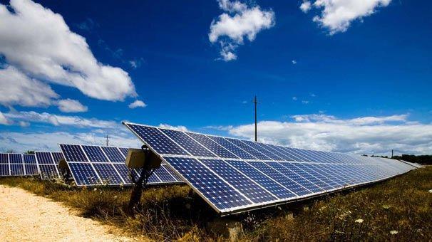 Evinin bahçesine güneş enerji santrali kuran yaşlı kadın