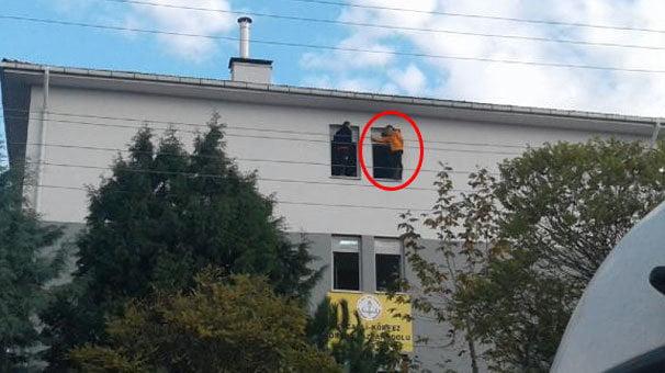 Lise öğrencisi okulun penceresine çıkarak intihar etmek istedi