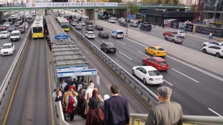 Metrobüs önünde bekliyorlar! 5 bin TL kazanıyorlar