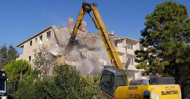 Büyükçekmece'de riskli daireler yıkılıyor