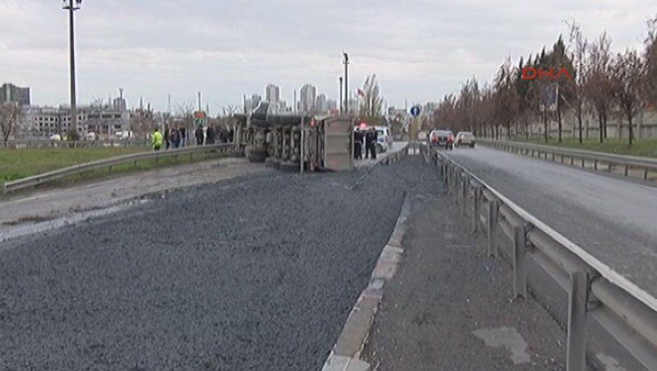 Başakşehir'de çimento yüklü kamyon devrildi